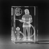 3D Laserglas. Feuerwehrmann in 3D Glas graviert