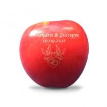 Gravur auf Obst. Ihr Hochzeitsmotiv auf Apfel graviert mit Turteltauben, Namen und Datum