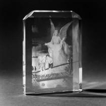 2D Bild von Schutzengel mit Kindern in Menora aus Glas gelasert