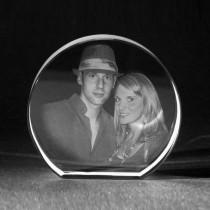 2D Foto in runden Mirror aus Glas gelasert. Laserbild by 3D Crystal Portrait.