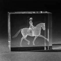 3D Dressurreiterin in 3D Kristall Glas gelasert.