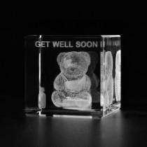 3D Kranker Teddybär Gute Besserung in Glaswürfel gelasert. 3D Crystal Glas Freundschaft