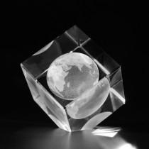 3D Globus Weltkugel in Kristallwuerfel gelasert. 3D Crystal Glas Motive Welt