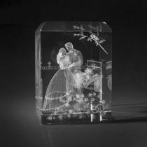 3D Motiv Brautpaar in Kristallglas gelasert. Hochzeitsgeschenk aus Glas