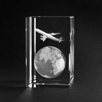 3D Motiv Globus mit Flugzeug Kristallglas gelasert. Weltkugel in Glas