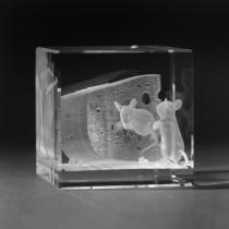 3D Laserglas. Tiere - Maus mit Käse in 3D Glas graviert