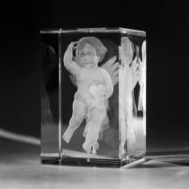 3D Lasergravur Engel mit Herz in Kristallglas gelasert