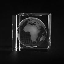 3D Globus Weltkugel in Glas gelasert. Unsere Erde Glaswürfel