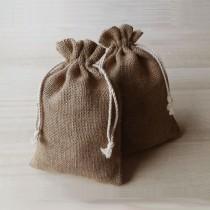 Logo Nuss. Jutesack als Verpackung für gravierte Nüsse